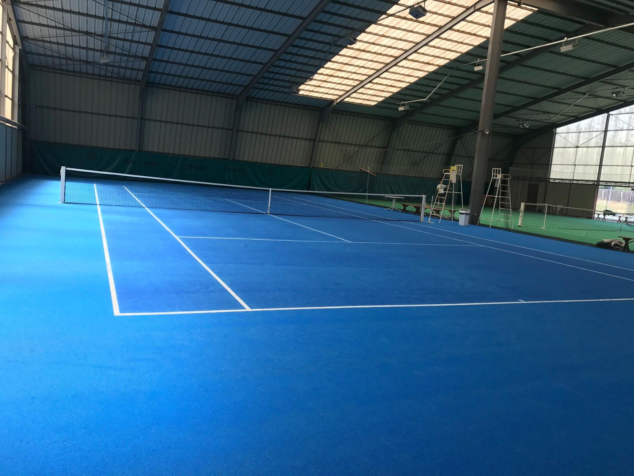 Tennis en moquette aiguilletée